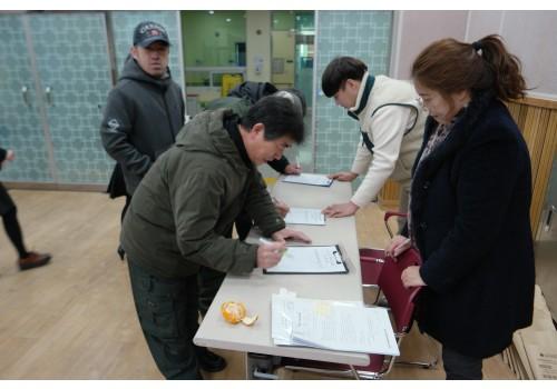 사업설명회에 온 이용자 및 보호자분들 방명록 작성