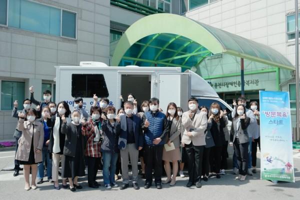 이재수 춘천시장과 김영미 관장 및 복지관 직원 단체 사진
